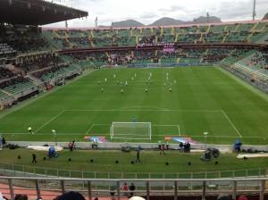 Calcio d'inizio in Palermo - Fiornetina 2015-2016. La curva nord, una volta orgogilo del tifo rosanero è semivuota con tre gruppi distinti di ultras. Foto di Gabriele Bonafede.