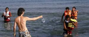 Acqua ai rifugiati nell'isola greca di Kos. Foto REUTERS/Yannis Behrakis