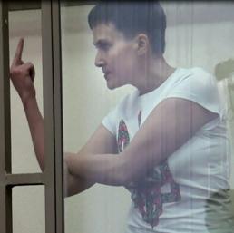 Nadia Savchenko dito medio a tribunale