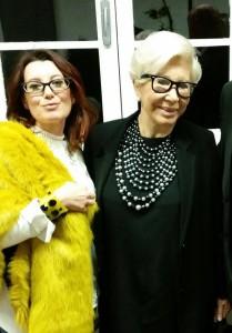 L'artista ternana Irene Veschi, insieme alla signora Anna Fendi è sotto la sua opera realizzata per l'iniziativa benefica