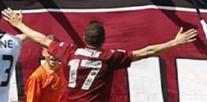 Barillà esulta a braccia aperte: con i suoi gol si spera nella serie A.
