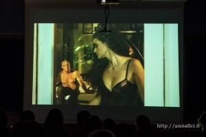 Un fotogramma del film Ore diciotto in punto, con la protagonista esordiente Roberta Murgia e il fotografo Giuseppe Calabrese, prestatosi ad interpretare un piccolo ruolo e recentemente scomparso