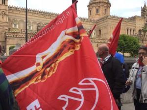 40 vertenze in primo piano. La Cattedrale di Palermo sullo sfondo