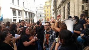 """Lavoratori Almaviva davanti al MISE, foto di Vincenzo Pellegrino postata sulla pagina FB """"Almaviva Italia"""""""
