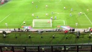 Trajkovski ha appena scoccato un tiro stupendo: la palla s'insaccherà con una traiettoria incredibile per il gol rosanero numero 1100 in serie A