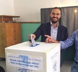Domenico Surdi alle urne. L'unico che può veramente sorridere nel disastro Cinque Stelle in Sicilia a questa tornata elettorale.