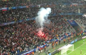 """I """"tifosi"""" russi accendono fimogeni dentro lo stadio, nonostante gli avvertimenti della Uefa. E adesso?"""