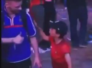 Un bambino portoghese conforta il tifoso francese in lacrime: forse l'immagine più bella di un Euro 2016 da incorniciare.