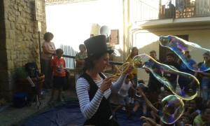 Agata Leale manda in visibilio i bambini davanti alla chiesetta di Sant'Antonio a Pollina (Sicilia): con bolle di sapone e creatività