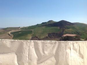 Qui è bianco di tomba, e tutto intorno è ancora verde di campi.