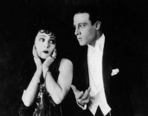 Alla Zamifova ascoltava Chiappara dallo schermo? In ogni caso Rodolfo Valentino appare perplesso.