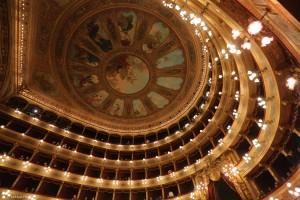 Alcuni monumenti non possono certo mancare, anche se conosciuti dai più. Ecco l'interno del Teatro Massimo. Anche qui si potrebbe trovare qualcosa di nascosto... a proposito, qualcuno ha visto il fantasma della suora lassù?