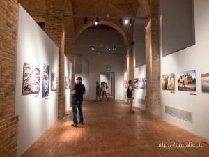 """Alla GAM di Palermo è in corso la mostra fotografica di Steve McCurry dal titolo """"ICON"""". In passato ci sono state posizioni diverse sul tema """"Postprduzione o fotoritocco"""" a proposito di fotografe dell'artista."""