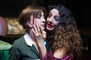 Anna Bonaiuto (Solange) e Manuela Mandracchia (Claire) in Le Serve di Jean Genet, Teatro Biondo di Palermo. Regia di Giovanni Anfuso