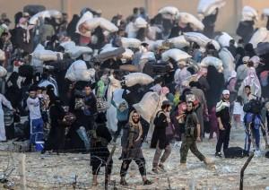 Aleppo. Molti sono costretti a scappare tra le bombe. Alcuni sorridono.