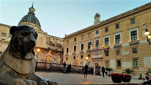 A pochi passi da Palazzo Riso ci sono anche altri tesori: Piazza Pretoria e Municipio di Palermo. Foto di Giusi Andolina