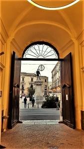 La statua di Carlo V su Piazza Bologni a Palermo, vista dall'interno di Palazzo Riso. Foto di Giusi Andolina