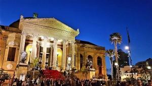 Di fronte al Teatro Massimo addobbato per Natale...
