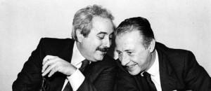 La famosa foto di Tony Gentile con Falcone e Borsellino. Diventata un simbolo internazionale della lotta alla mafia. Ne abbiamo parlato in questo articolo.