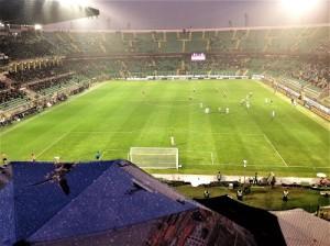 Lo stadio sembra vuoto. Ma sarà per via della pioggia.