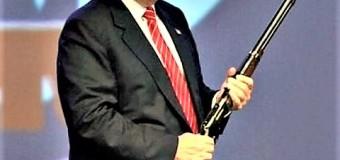 Trump si spara di nuovo a un piede