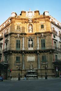 La statua di Sant'Agata a Palermo è lì in alto.