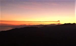 Una vera eruzione dell'Etna (dicembre 2015) vista da molto lontano. Esattamente da Pollina nelle Madonie. Foto di Peppe Pulvi.