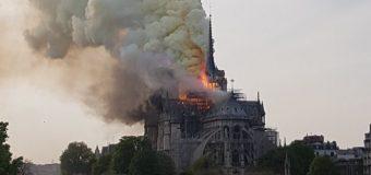 Incendio a Notre Dame di Parigi. La cattedrale crolla tra le fiamme. Struttura può essere salvata