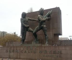 """Ankara monumento alla fiducia al Guven Park con una frase di Atatturk: """"""""Sii fiero di te, lavora, abbi fiducia in te"""". Foto di Giusi Andolina"""