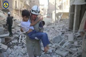 Casco bianco salva un bambino in Siria Natale 2015. I Caschi Bianchi sono un'organizzazione umanitaria che interviene per salvare vittime della guerra senza distinzione politica o religiosa.