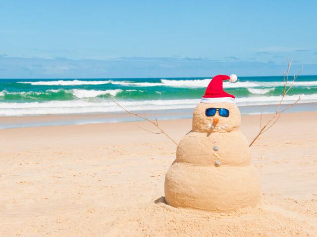 Natale pupazzo in spiaggia foto tratta da fileni_it