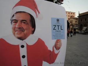 """Babbo Natale arriva al Politeama. Foto di Antonio La Colla, tratta dal gruppo Facebook """"ZTL 120 Euro non li pago"""""""