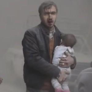 Siria uomo scappa con bambino in braccio