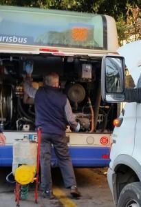 """La tipica """"postura"""" di un autobus a Palermo. Fermo in riparazione."""
