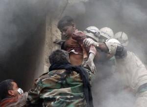 Bambinio siriano salvato da caschi bianchi