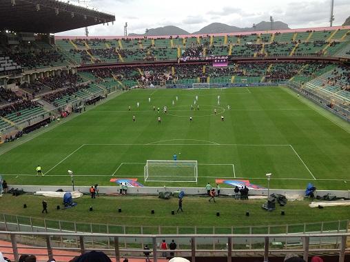 Calcio d inizio Palermo - Fiornetina 2015-2016. La curva nord, una volta orgogilo del tifo rosanero è semivuota con tre gruppi distinti di ultras. Foto di Gabriele Bonafede.