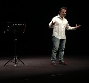 Davide Enia alla Sala Strehler in uno dei suoi one-man-show dal grande impatto