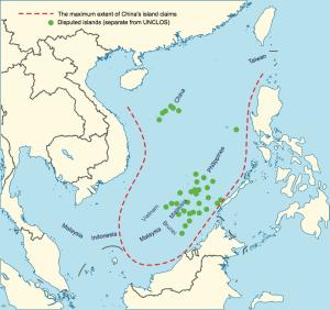 Schema della Nine-Dash Line (linea rossa tratteggiata), in verde piccole isole su cui la Cina rivendica la propria sovranità oltre alle acque meridionali e orientali del mare su cui affaccia.