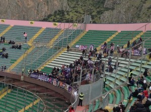 Tifosi della Fiorentina al Barbera. Foto di Gabriele Bonafede