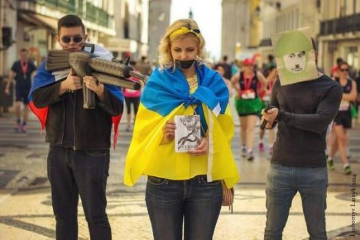 Ucraina sotto il fucile puntato, rappresentazione per strada