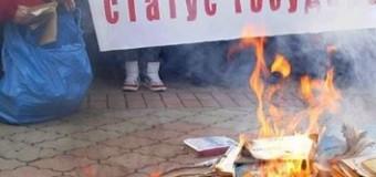La Russia brucia i libri e se stessa