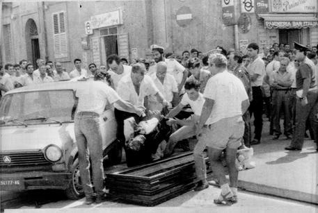 9 9 1986 - STRAGE DI PORTO EMPEDOCLE. IL CORPO DI ANTONIO MESSINA CAPO FAMIGLIA RIVALE DEI GRASSONELLI.