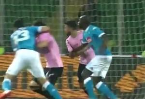 Palermo Napoli Albiol commette fallo_OK1
