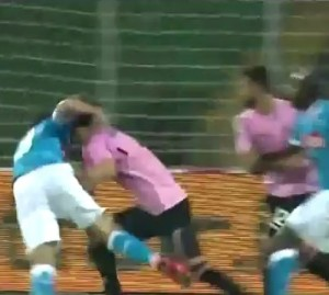 Palermo Napoli Albiol commette fallo_OK3