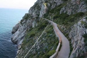 La strada di accesso al faro di Capo Zafferano. Foto di Mimmo schillaci