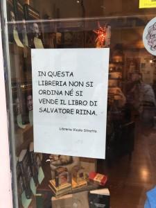Qui non si vende il libro di Riina. Il cartello di Angelica Sciacca nella Libreria del Vicolo, a Catania ha fatto il giro dei social