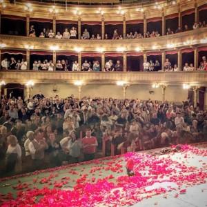 """Un palco di petali rossi per Elisa Parrinello. Il suo """"In Mio Onore"""" è un successo da riproporre"""
