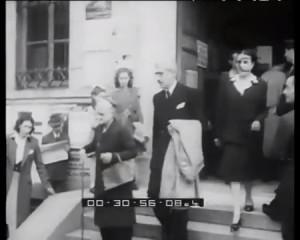Ferruccio Parri, uno dei Padri della Repubblica Italiana esce dal seggio il 2 giugno 1946