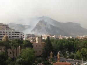 Sicilia in fiamme, anche Monte Pellegrino subisce un incendio gicantesco che lambisce la città
