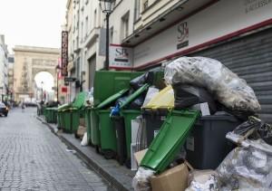 Anche Bloomberg pubblica le foto di Parigi con immondizia, Un giretto per Palermo? Foto tratta da http://www.bloomberg.com/news/articles/2016-06-09/france-welcomes-euro-2016-soccer-fans-with-garbage-strikes